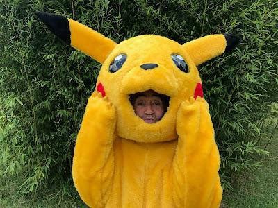 Ivo vestido de Pikachu sai pelas ruas da cidade (Divulgação/SBT)