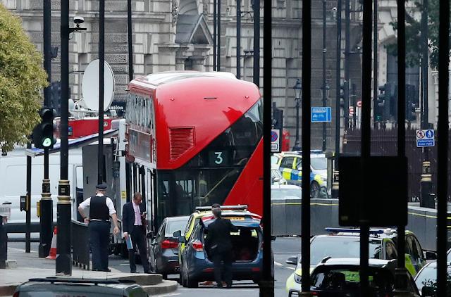 Carro choca a varias personas cerca del Parlamento de Londres