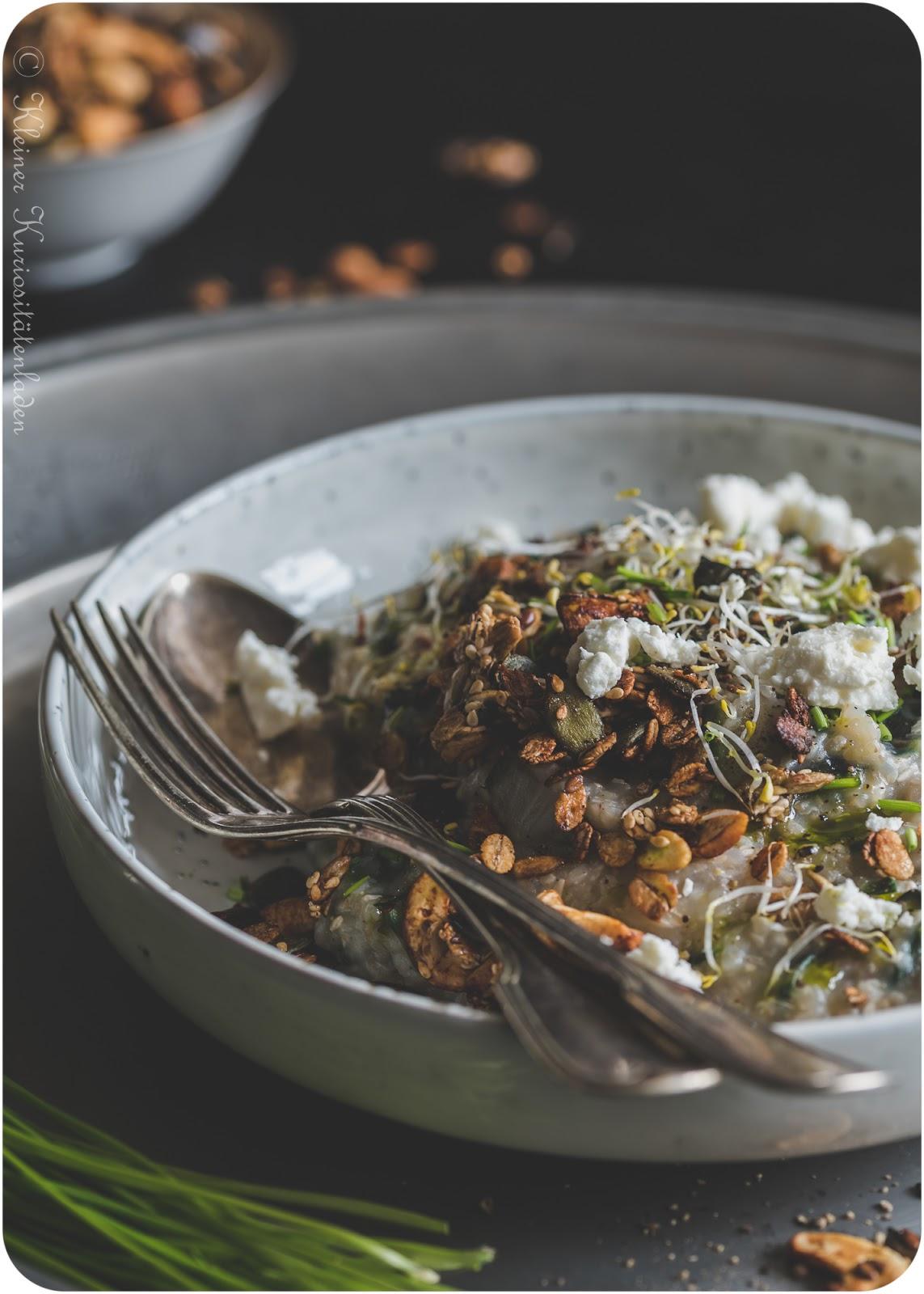 Herzhaftes Porridge mit Mangold und Granolatopping
