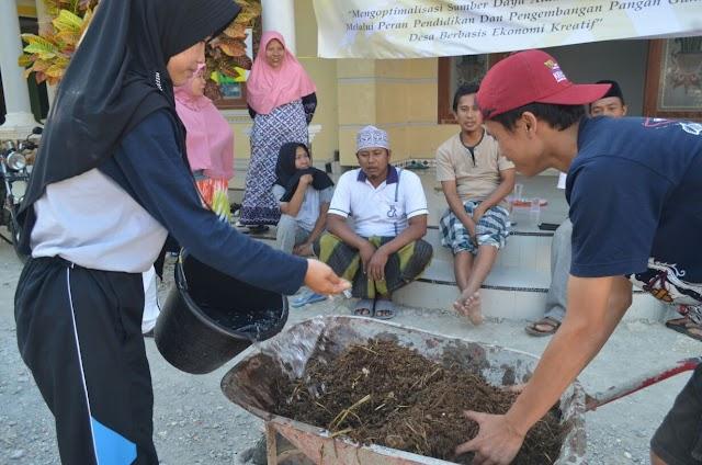 Pelaksaan pembuatan pupuk bersama warga Pacanggan, Sampang