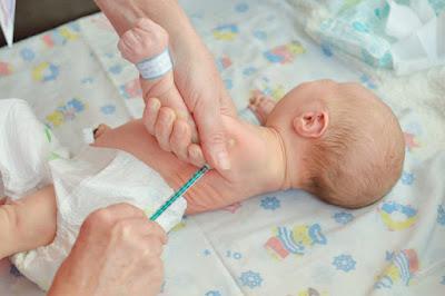Cara Merawat Tubuh Bayi Baru Lahir Normal (Lengkap & Benar)