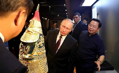 Vladimir Putin and President of China Xi Jinping visited an exhibition of Chinese arts and crafts.