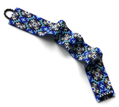 Браслет из бисера в сине-голубых тонах