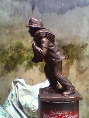 patung orang bawa selang
