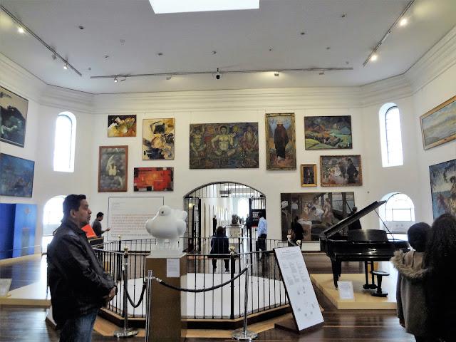 コロンビア国立博物館の大広間で360度絵画を一望