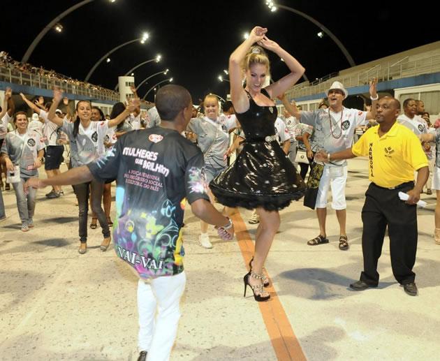 A escola carioca vai falar sobre superação e fez o convite à loira pelo  motivo mais óbvio  Ana escorregou, machucou o joelho direito, tirou o par  de botas ... fe43a1badb
