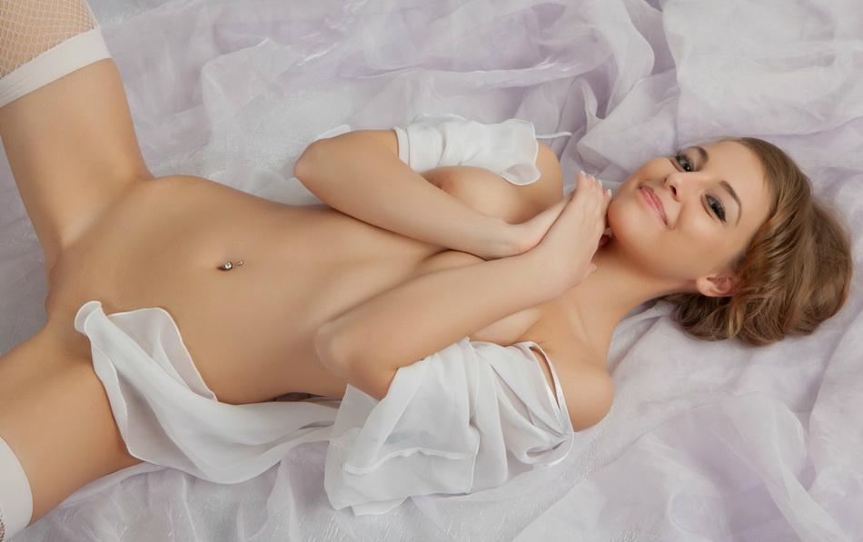 Красивая девушка в белых чулках