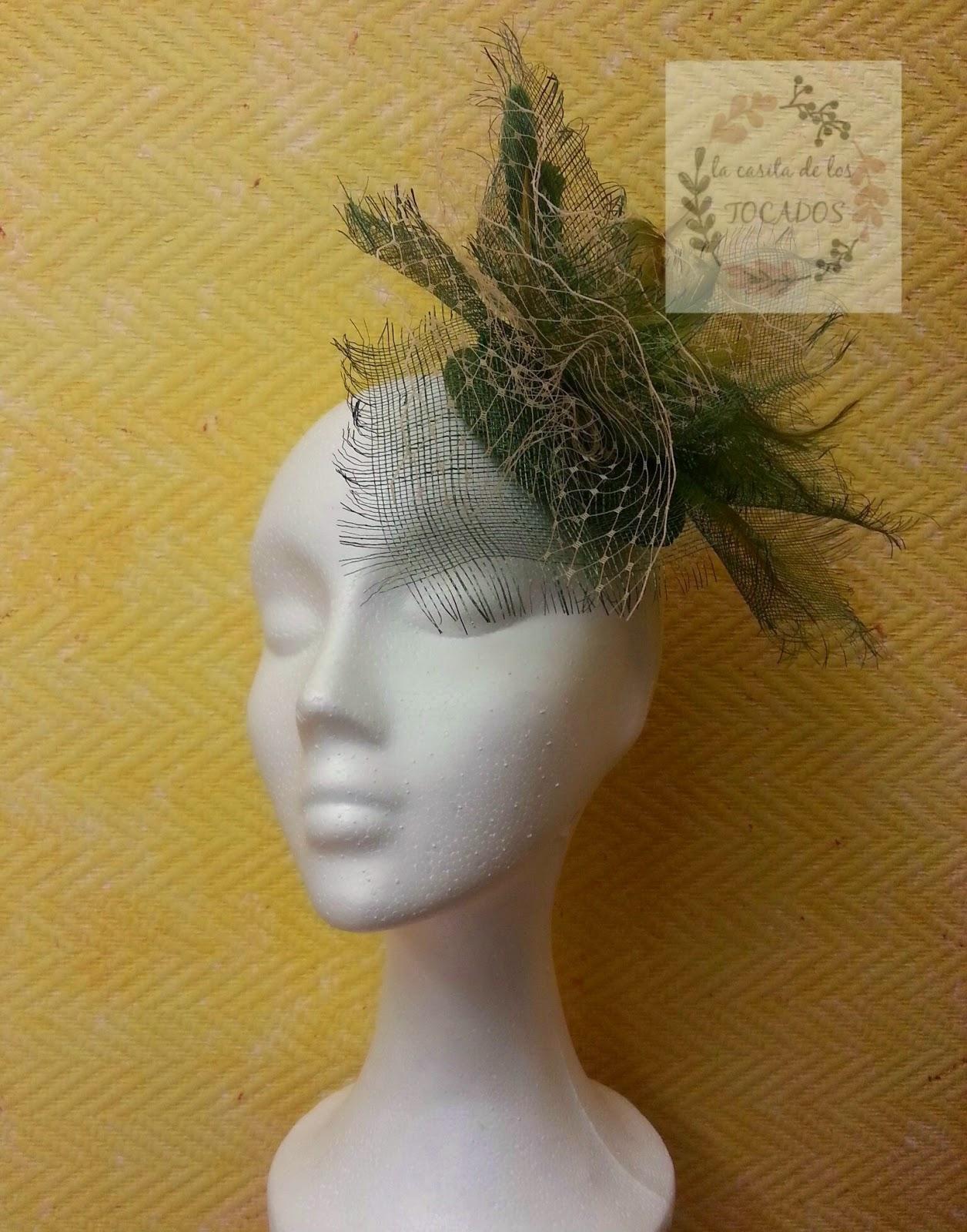 tocado con velo y plumas para boda en color verde sobre base redonda de sinamay