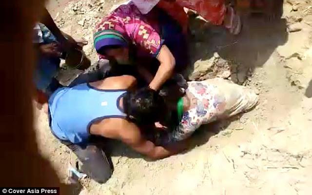 اخراج فتاة حية من قبر عمقه 3 متر بعد القائها شرق الهند