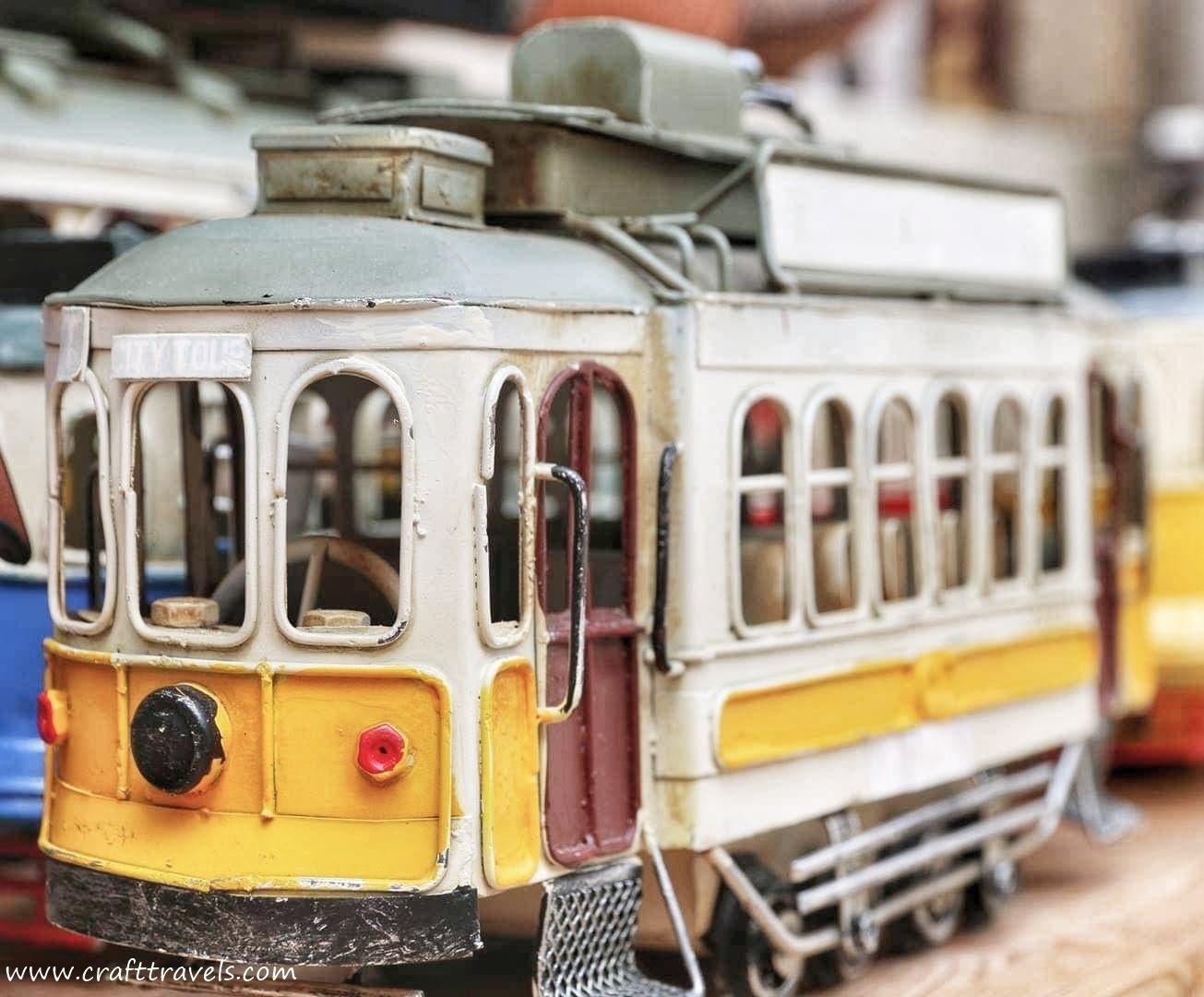 symbol Lizbony, tramwaj nr 28, tramwaj w Lizbonie, słynny tramwaj nr 28, żółty stary tramwaj
