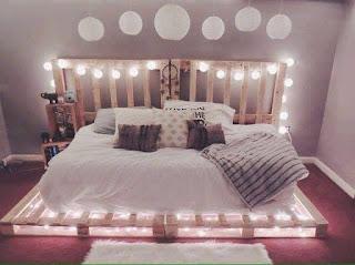 cama para hostel con pallets de madera