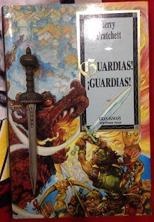 Portada del libro ¡Guardias! ¡Guardias!, de Terry Pratchett