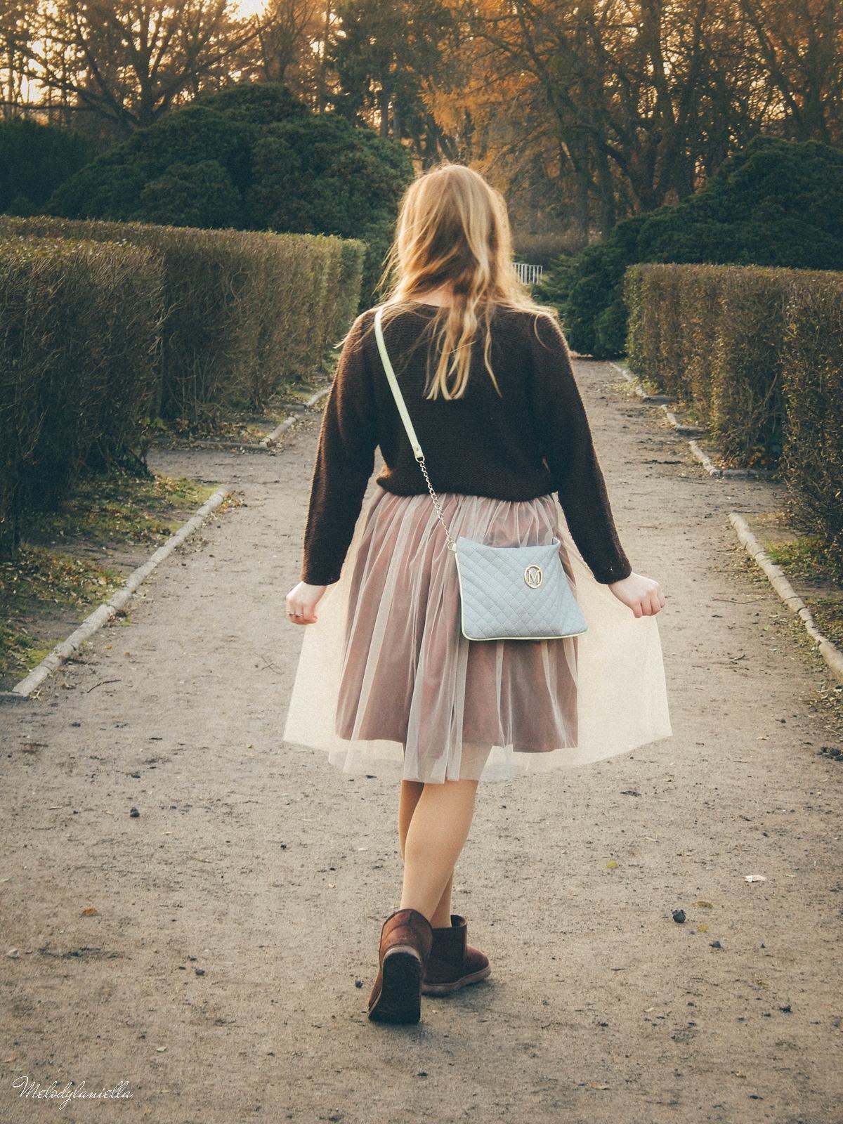 9. jesienna stylizacja tutu tiulowa spódnica dla dorosłych brązowy sweter torebka manzana melodylaniella autumn style fashion ciekawa stylizacja na jesień brązowa spódnica city
