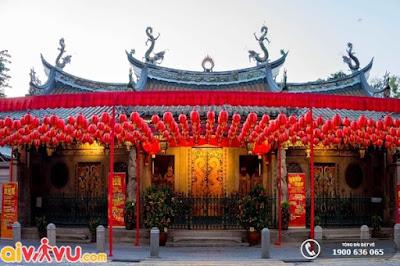 Bầu không khí trang nghiêm, cổ kính bên trong đền Thian Hock Keng
