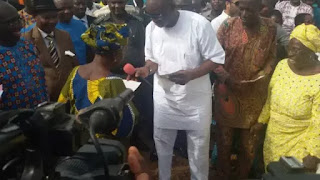 Fayose Gives Cheques To People Affected By Ikere Dualisation Project (Photos)