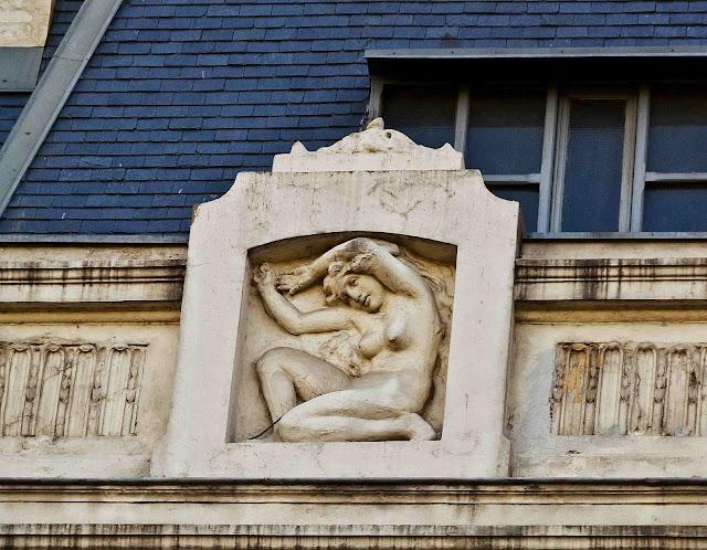 Moldura femenina en frente Edificio