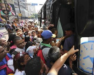 Una gran parte de Venezuela volvió a quedarse sin luz ayer después de que un nuevo apagón afectara a más de la mitad del país, casi tres semanas después del mayor corte eléctrico que recuerda la nación, sumida en una profunda crisis política.