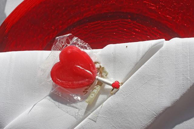 Verlobungsdinner - Serviettentaschen mit roten Herzlutschern und Verlobungsring - Riessersee Hotel Garmisch-Partenkirchen
