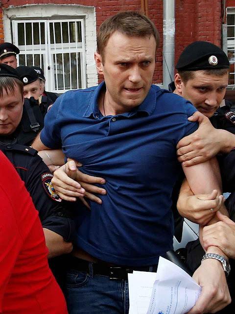O advogado opositor Alexeï Navalny também foi atacado com ácido na mesma data. Segundo ele há cumplicidade da polícia de Putin