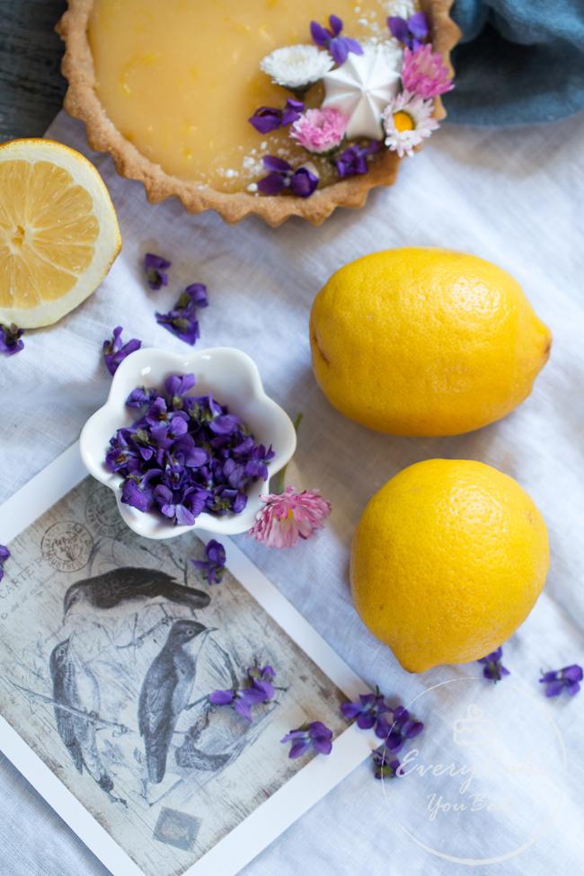 tarta cytrynowa z fiołkami na kruchym spodzie