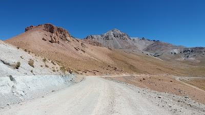 Einen Pass von 4.800 Metern Höhe muss ich mit dem Jeep nehmen, um zum Bergdorf El Tholar zu gelangen.