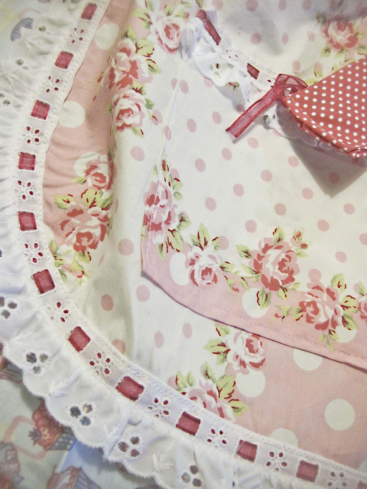 03e75dbc518 El cinturón está confeccionado con tela fucsia de topitos blancos, lo  podéis atar atrás o delante, como más os guste