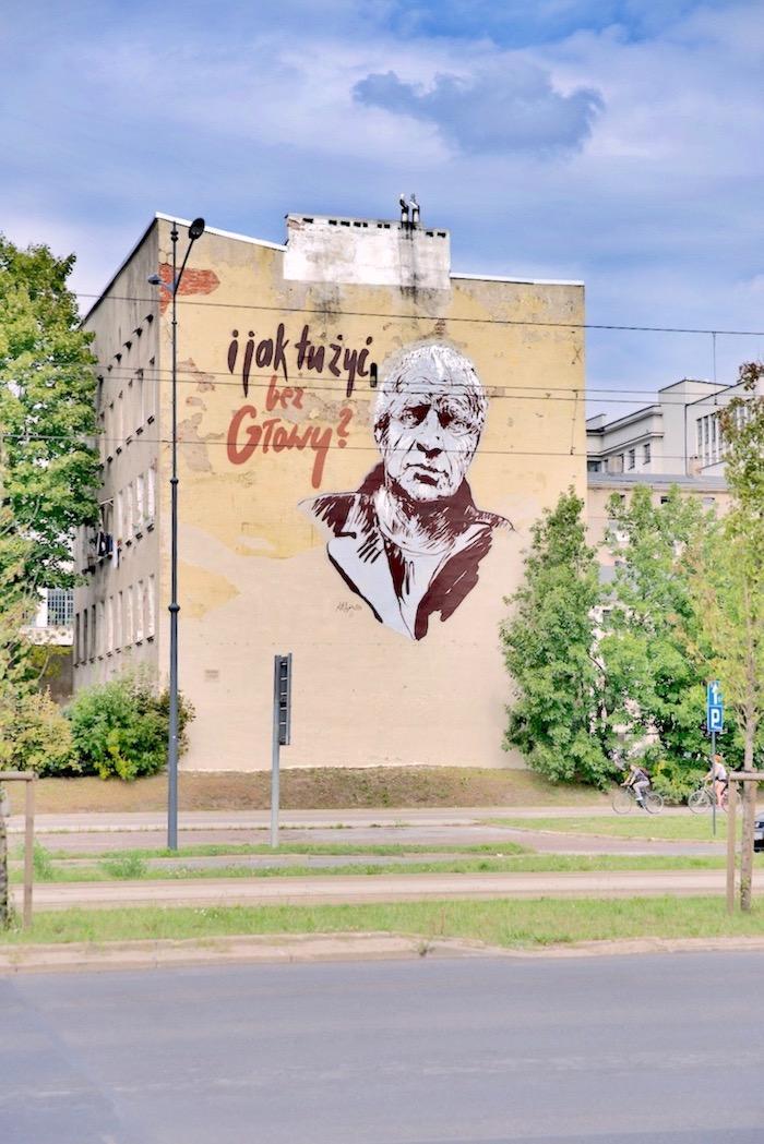 """Zastanawiacie się, jak zwiedzać Łódź? Możliwości jest wiele. Co powiecie na wędrówkę szlakiem tutejszych murali?  Wystarczy spędzić tu kilka dni, by zauważyć, że miasto związane z filmem ma do zaproponowania znacznie więcej niż spacer po osławionej Piotrkowskiej i relaks w Manufakturze. Tu rządzi sztuka, a Łódź to raj dla wielbicieli ulicznego street art'u.  Pierwsze wielkoformatowe malowidła na łódzkich kamienicach i blokach pojawiały się jeszcze w czasach PRL-u. Wciąż znaleźć można pamiątki po tamtych czasach, w sumie ok. 40 malowideł. Obok nich już lata temu pojawiły się nowe, zmieniając szare i ponure ściany w kolorowe, ciekawe obrazy. Ożywiły przestrzeń publiczną. Łódzka galeria pod gołym niebem wciąż się rozrasta. Kolorowych murali regularnie przybywa, pojawiają się jak grzyby po deszczu. Do tego stopnia, że wielkoformatowe malarstwo stało się wizytówką miasta. Niedawno powstał tu nawet pierwszy w Polsce i jeden z trzech na świecie mural trójwymiarowy (przy ul. Pomorskiej 93), który najlepiej oglądać po założeniu specjalnych okularów polaryzacyjnych.   Łódź z sukcesem wypromowała się jako miasto murali, chociaż ich liczba nie jest największa w kraju. Tutejsze dzieła wyróżniają się rozmiarami i tematyką. Część malowideł  nawiązuje do otoczenia, inne mają kontekst historyczny. Ich autorami są artyści z całego świata.   Mural """"Łódź"""",Piotrkowska 152 jest najstarszym wielkoformatowym muralem, jaki tu powstał (nie licząc czasów PRL-u). Co więcej, kiedy go malowano w 2001 roku, był największym muralem na świecie.  Przejście szlakiem tutejszych murali wymaga czasu i trudno podczas jednego spaceru zobaczyć wszystkie, nawet najciekawsze. W Łodzi organizowane są bezpłatne wycieczki ich szlakiem. Jednak moim zdaniem dużą frajdę sprawia odkrywanie ich na własną rękę, bez szczególnego pośpiechu. Jeśli nie dysponujecie czasem poszukajcie murali w ścisłym centrum Łodzi, w okolicy Piotrkowskiej i w bocznych uliczkach, w pobliżu OFF Piotrkowska.  Marta"""