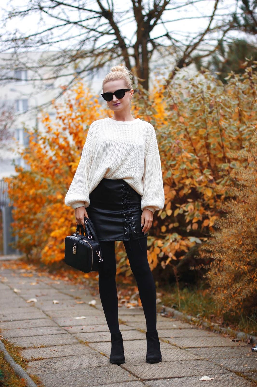 Jasny sweter oversize i skórzana spódnica