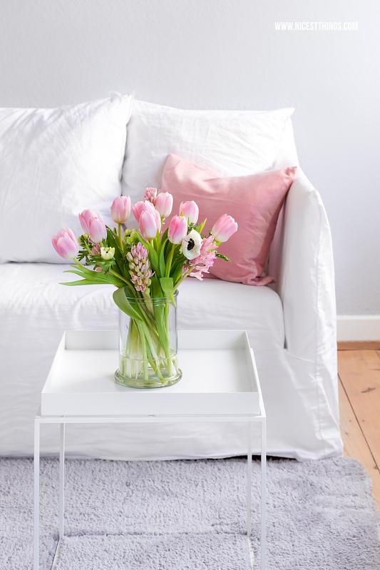 Rosa Blumen auf Hay Tray Table vor Gervasoni Ghost Sofa