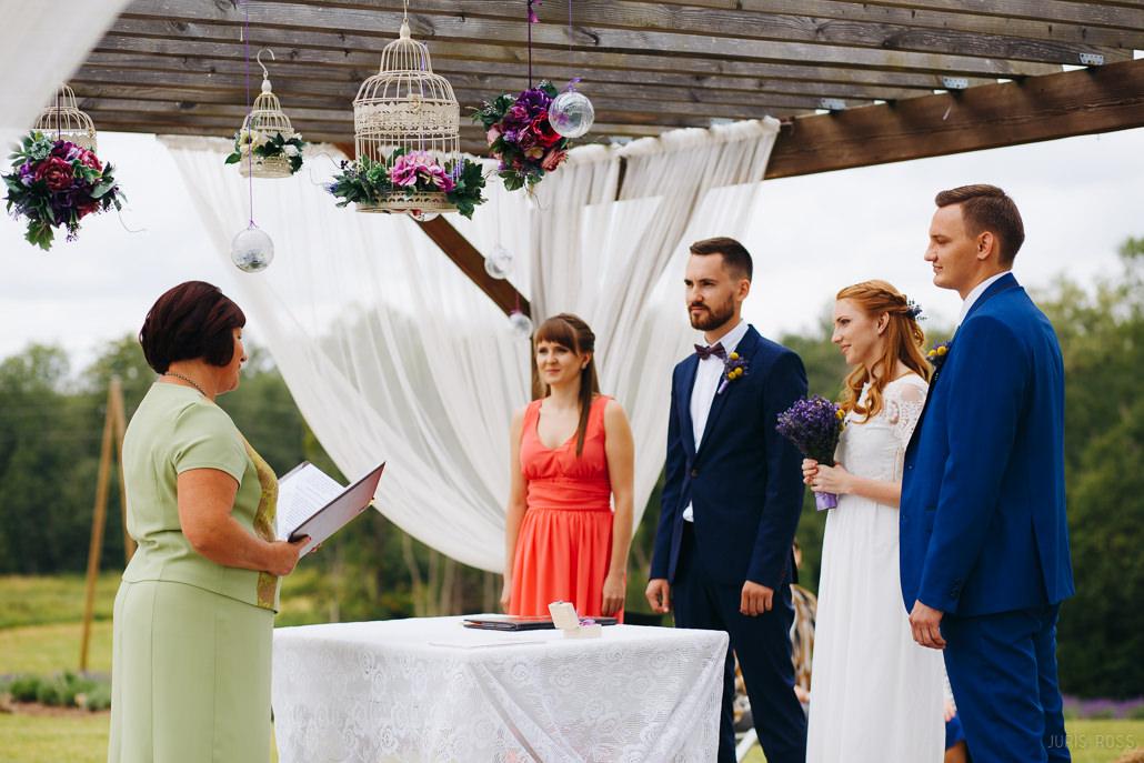 kāzu ceremonija lavandu audzētavā lillas lavender