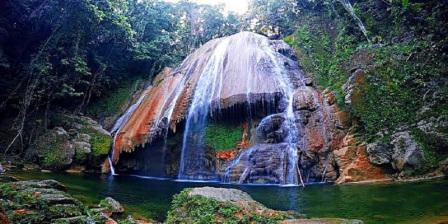 Menyegarkan badan Mandi di Air Terjun Tumburano Sambil Menikmati Keindahan Alam Yang Masih Terjaga Kealamiannya