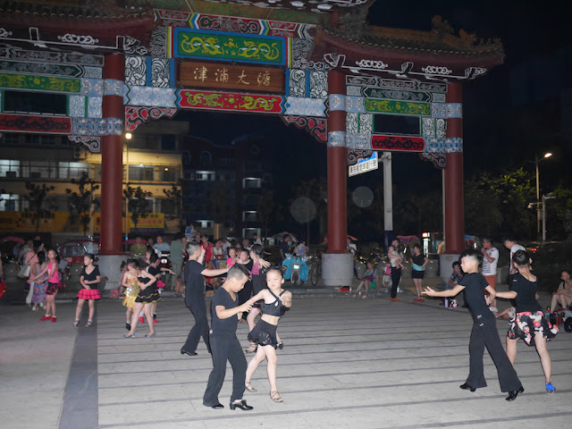 Children dancing at Datang Park (大塘公园) in Bengbu