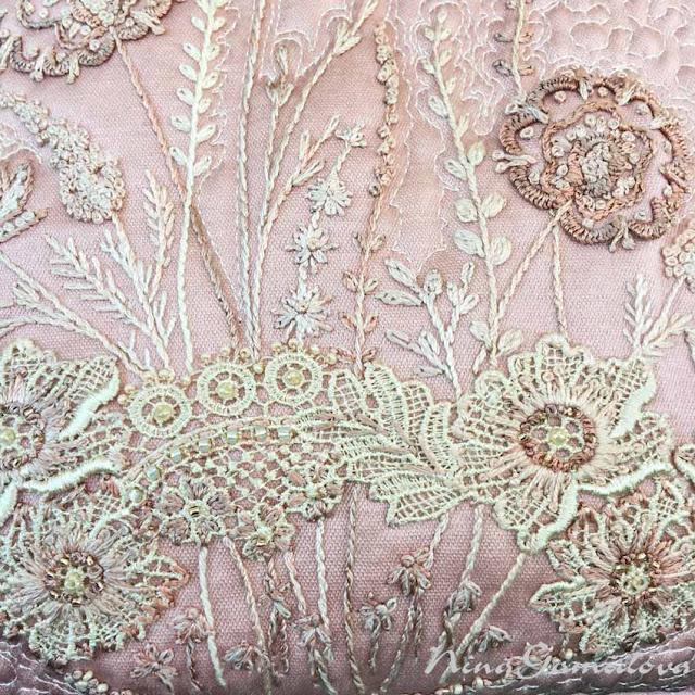 фрагмент вышивки на сумочке