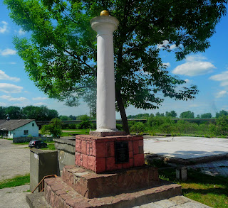 Галич. Пам'ятник-колона на честь Голуховського