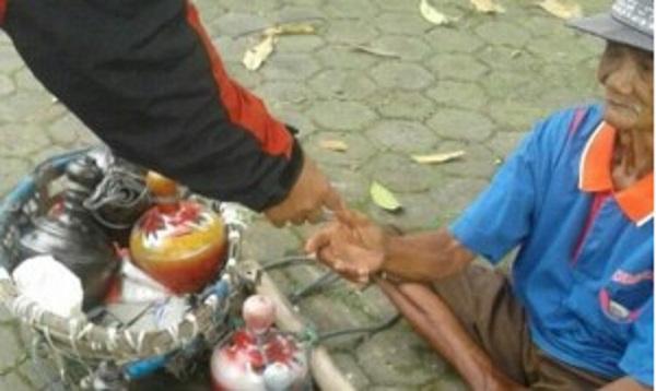 Tak Ingin Mendapatkan Uang Dari Mengemis, Kakek Ini Pilih Jadi Seorang Penjual Celengan
