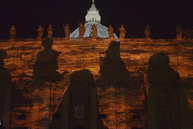 Perfis pagãos projetados sobre São Pedro sublinham ecumenismo panteísta teilhardiano
