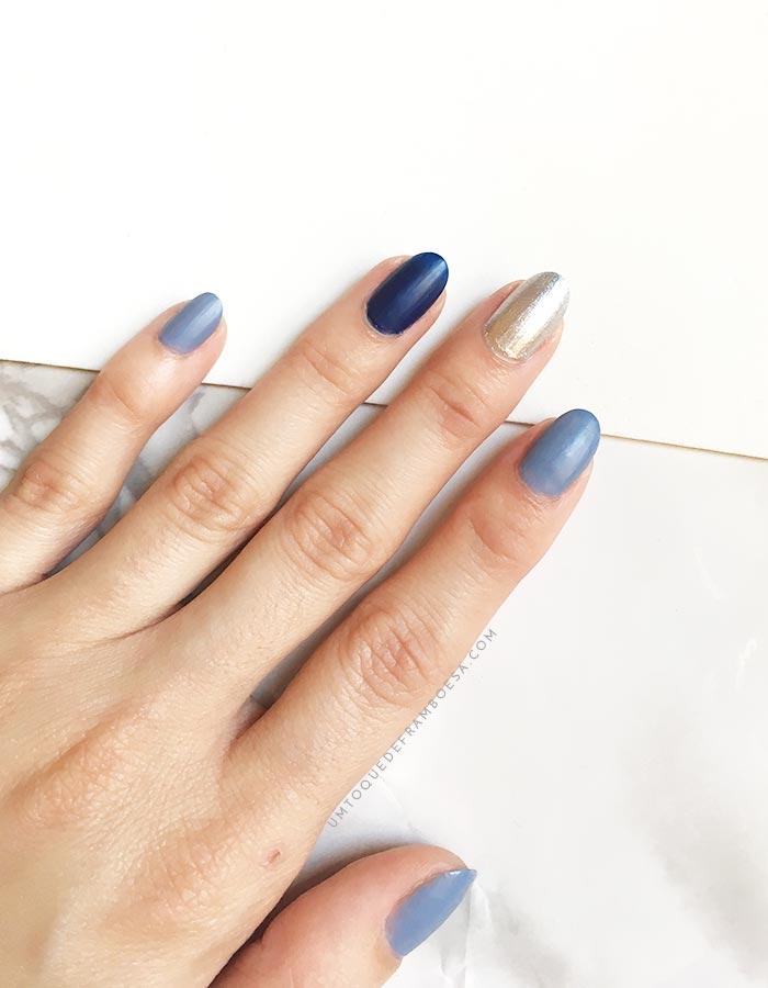 Unhas decoradas simples na tendência das unhas multicoloridas. Usei as cores cinza azulado, azul e prata cromado.