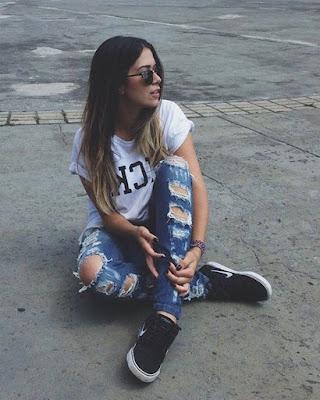 foto sentada con outfit casual