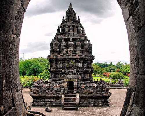 travel.tinuku.com Prambanan Temple, the largest Hindu architectural sites in the world in honor the gods Brahma, Vishnu and Shiva