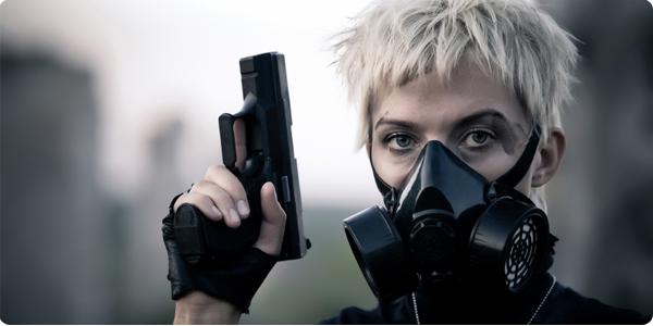 Una chica con una pistola y una máscara de gas.