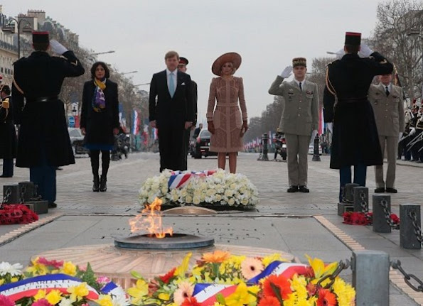 King Willem Alexander and Queen Maxima of the Netherlands lay flowers in front of the tomb of the Unknown Soldier at the Arc de Triomphe during a welcoming ceremony