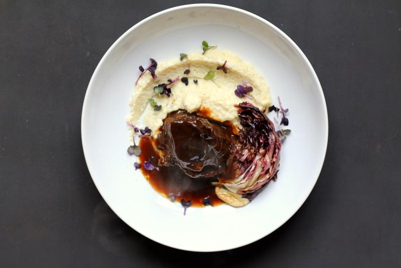 Ochsenbacke in Mole-Sauce auf weißer Polenta und gebackenem Radicchio | Arthurs Tochter Kocht by Astrid Paul