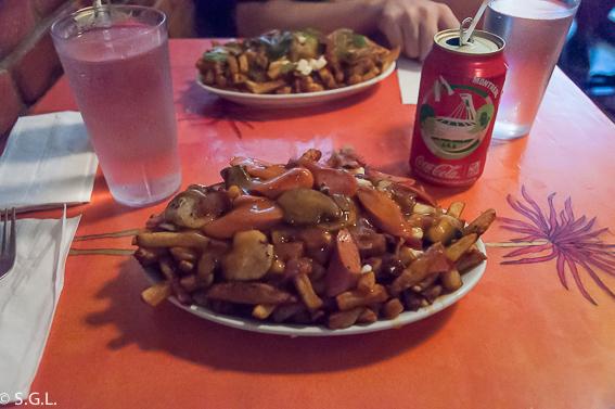 Poutines de La Banquise. Comer Montreal