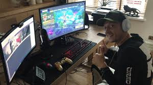 Mezut Özil jugando fortnite en su Pc
