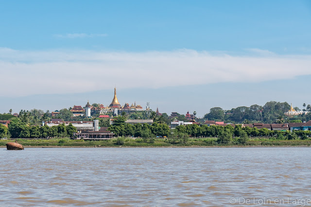 Colline des pagodes de Mawlamyine depuis la Thanlwin river