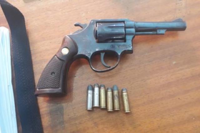 Chapada: Homem é preso por porte ilegal de arma após ameaçar esposa de morte, em Rio de Contas