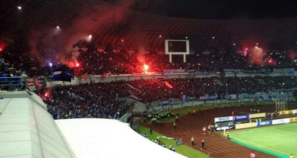 Bobotoh Nyalakan Flare saat Kontra Arema FC, Atep: Harusnya Mereka Lebih Dewasa!