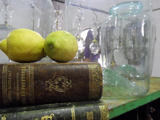 detalle de libros antiguos y limones bodegon de antiguedades merale en desembalaje cantabria