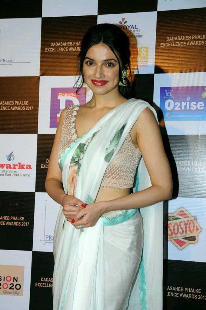Divya khosla In White Saree At Dadasaheb Phhalke Awards 2017