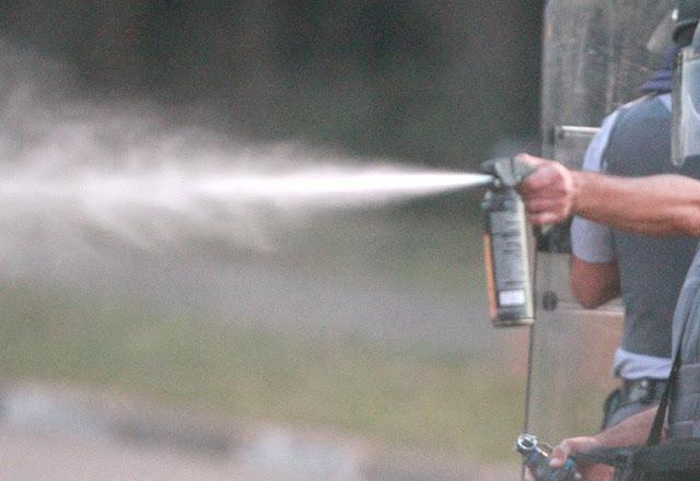 Sargento da PM usa spray de pimenta contra crianças no DF. Veja vídeo